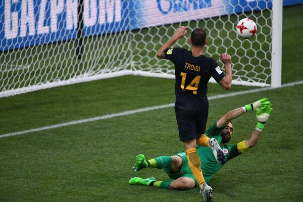 Полузащитник сборной Австралии по футболу Джеймс Троизи (№14)