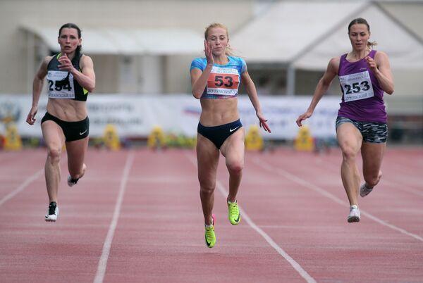 Российской легкоатлетка Кристина Сивкова (в центре)
