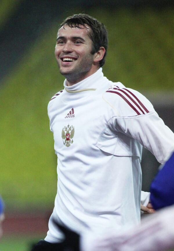Нападающий сборной России Александр Кержаков во время открытой тренировки сборной России по футболу на стадионе Лужники в ноябре 2009 года