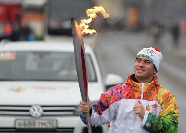 Футболист Александр Кержаков во время эстафеты Олимпийского огня в Санкт-Петербурге в октябре 2013 года