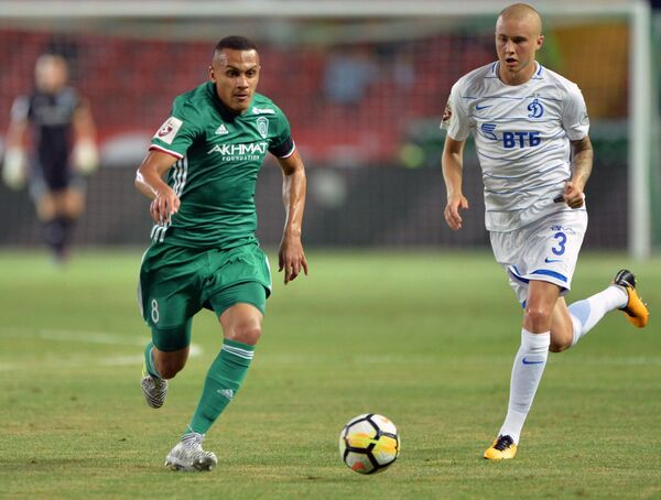 Форвард ФК Ахмат Лео Жаба (слева) и защитник Динамо Себастьян Хольмен