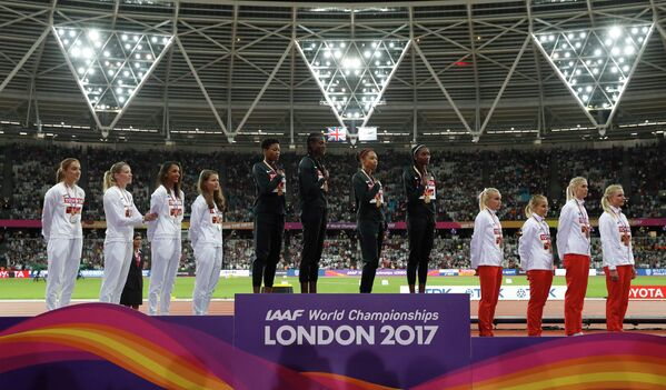 Команда Великобритании, женская сборная США и сборная Польши (слева направо)