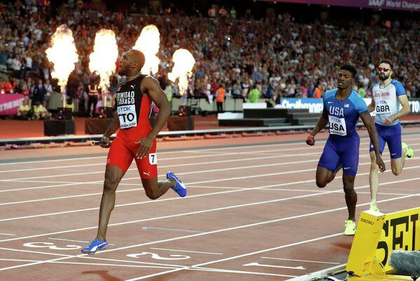 Спортсмены сборной Тринидада и Тобаго, США и Великобритании (слева направо) на финише эстафеты 4 по 400 метров