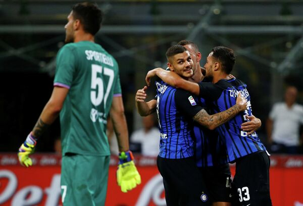 Футболисты Интера радуются забитому мячу в ворота Фиорентины