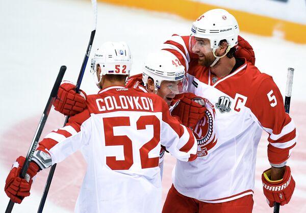 Хоккеисты Витязя Игорь Головков (слева) и Алексей Семёнов (справа)