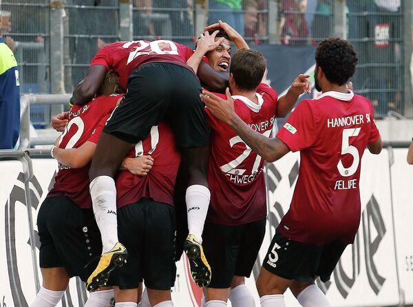 Футболисты Ганновера радуются забитому мячу Жонатаса (в центре)
