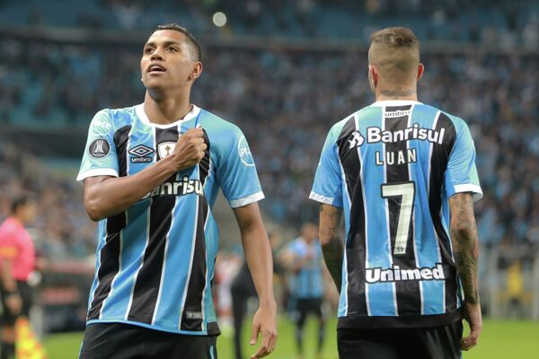 Футболисты Гремио Педро Роша и Луан (справа)
