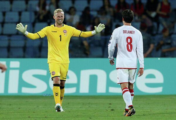 Футболисты сборной Дании Каспер Шмейхель и Томас Дилэйни (справа)