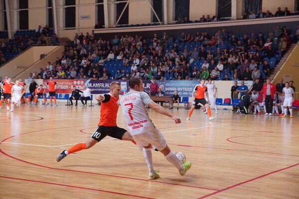 Игровой момент матча чемпионата России по мини-футболу между смоленским Автодором и новосибирским Сибиряком