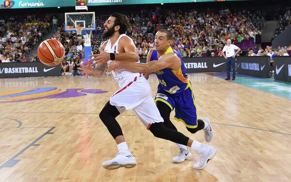 Игровой момент матча группового этапа чемпионата Европы по баскетболу между сборными Испании и Румынии
