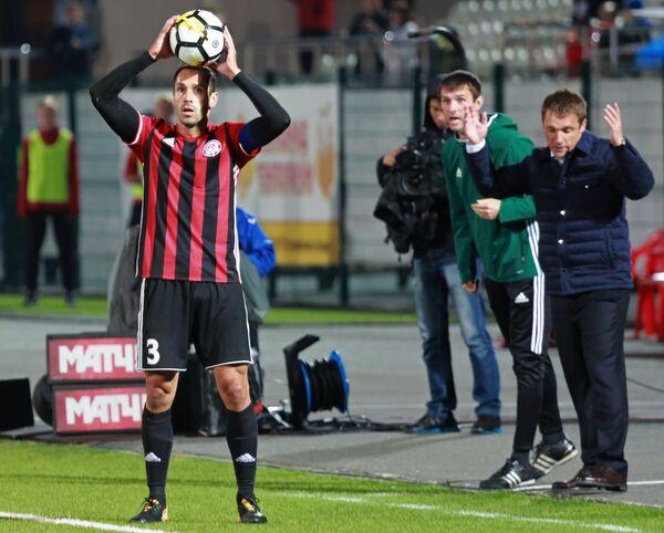 Защитник ФК Амкар Петар Занев (слева)