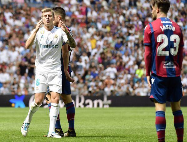Хавбек Реала Тони Кроос (слева) в матче против Леванте