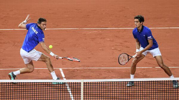 Французские тенннисисты Пьер-Юг Эрбер и Николя Маю (справа налево)