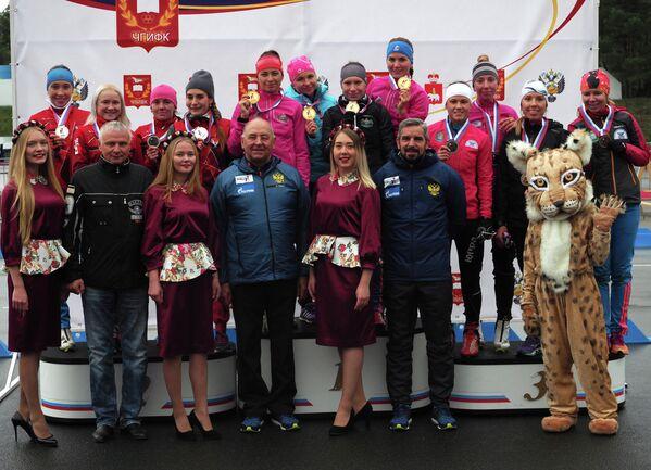 Биатлонистки во время награждения по итогам эстафеты на чемпионате России по летнему биатлону