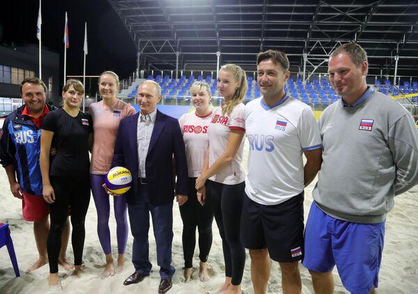 Президент РФ Владимир Путин во время встречи со сборной командой России по пляжному волейболу