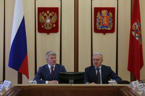 Министр спорта РФ Павел Колобков (слева) во время рабочего визита в Красноярск