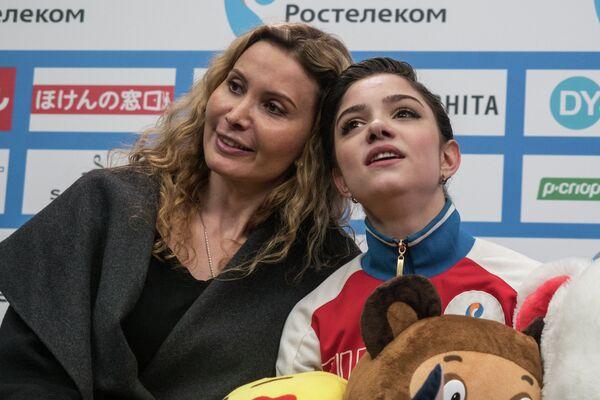 Евгения Медведева (справа) и ее тренер Этери Тутберидзе
