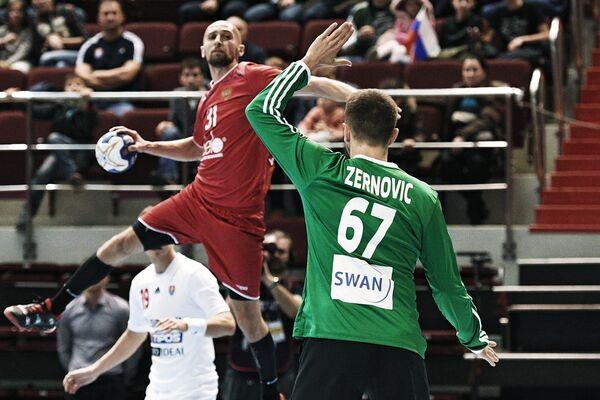 Игрок сборной России по гандболу Тимур Дибиров (слева) и вратарь сборной Словакии Мариан Жернович