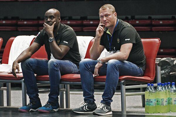 Главный тренер сборной России по гандболу Эдуард Кокшаров (справа) и тренер сборной России Давид Давис