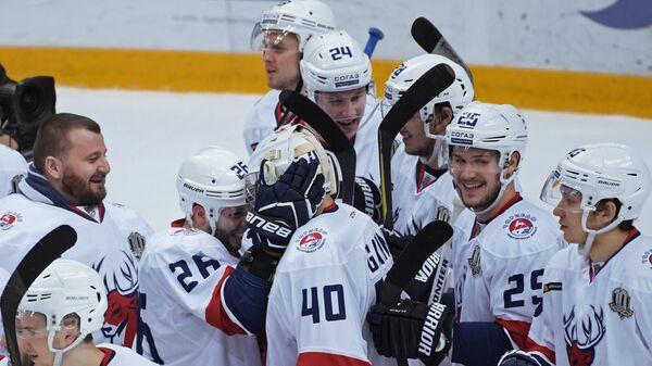 Хоккеисты Торпедо радуются победе