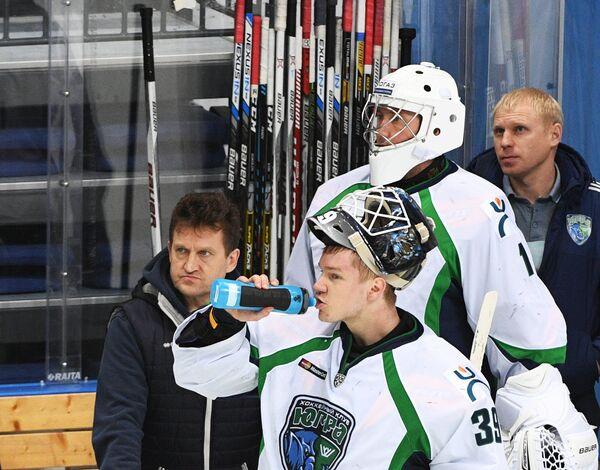 Вратари Югры Александр Шарыченков (на первом плане) и Владислав Фокин