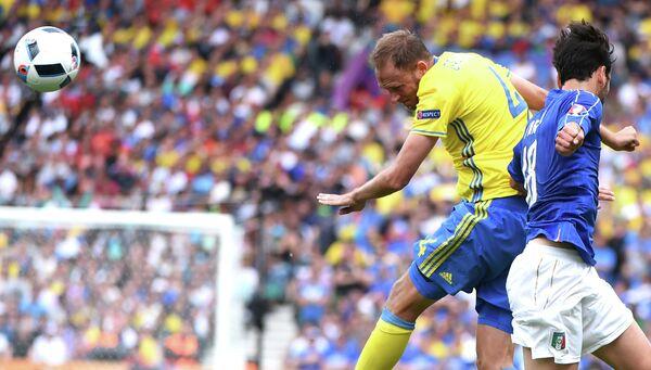 Защитник сборной Швеции Андреас Гранквист и хавбек сборной Италии Марко Пароло (слева направо)