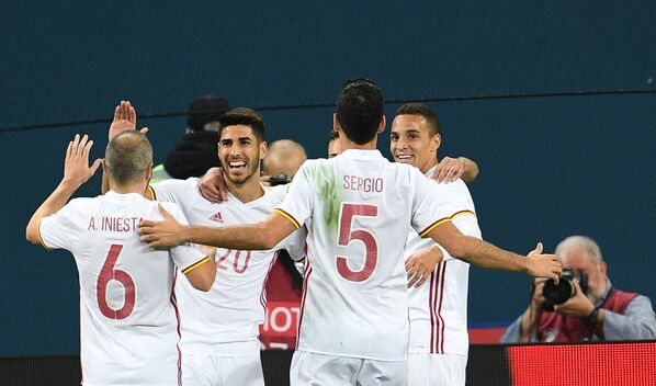 Футболисты сборной Испании радуются забитому мячу