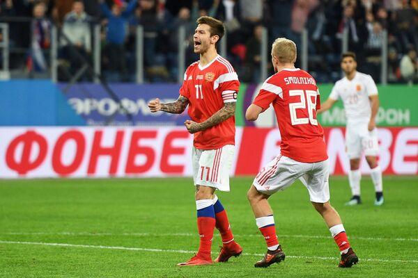 Футболисты сборной России Фёдор Смолов и Игорь Смольников (справа) радуются забитому мячу