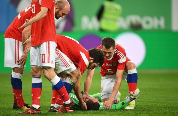Вратарь сборной России Андрей Лунёв (в центре)