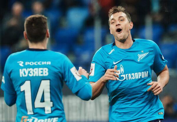 Футболисты Зенита Артем Дзюба (справа) и Далер Кузяев