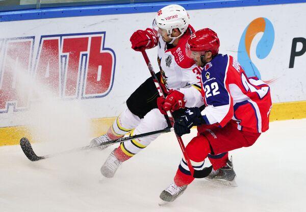 Защитник Куньлуня Йоонас Ярвинен (слева) и нападающий ЦСКА Александр Попов