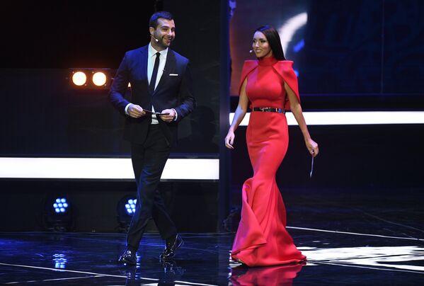 Ведущий церемонии шоумен и актер Иван Ургант и певица Алсу на официальной жеребьевке чемпионата мира-2018 по футболу