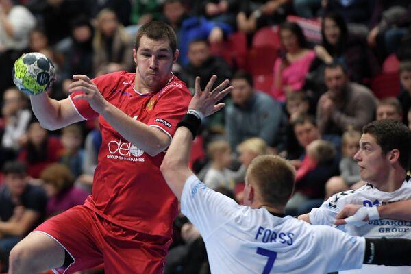 Гандболист сборной России Дмитрий Санталов (слева)