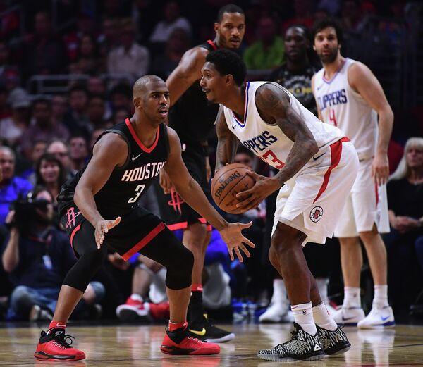 Защитник Лос-Анджелес Клипперс Лу Уильямс и защитник Хьюстон Рокетс Крис Пол (справа налево на первом плане)
