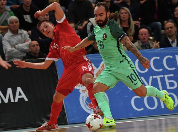 Игрок сборной России Иван Чишкала (слева) и игрок сборной Португалии Рикардиньо