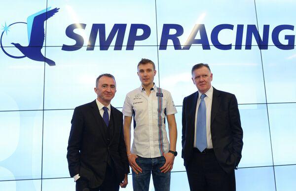 Технический директор команду Формулы-1 Уильямс Пэдди Лоу, пилот программы развития российского автоспорта SMP Racing гонщик Сергей Сироткин и руководитель команды Майк О'Дрисколл (слева направо)