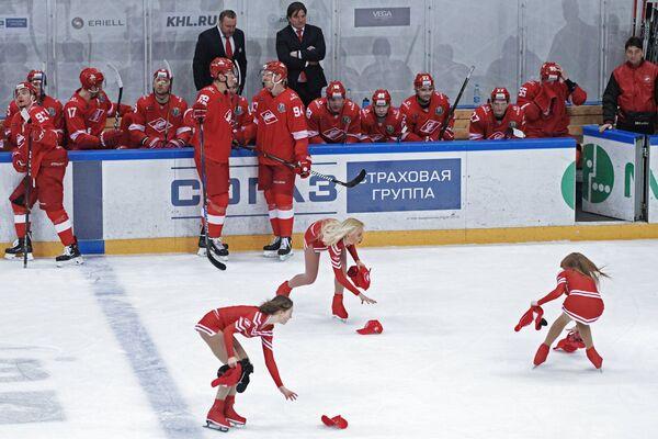 Девушки группы поддержки ХК Спартак собирают бейсболки
