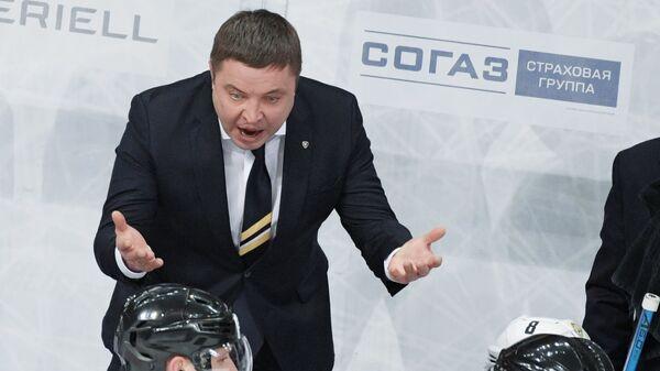 Главный тренер ХК Северсталь Александр Гулявцев (второй слева)