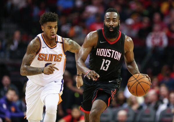 Защитник клуба НБА Хьюстон Рокетс Джеймс Харден (справа)