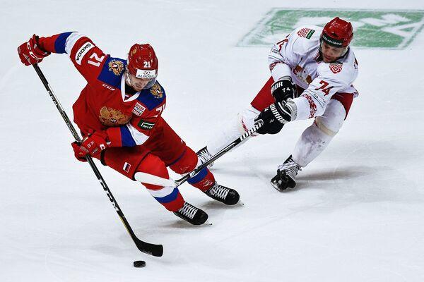 Нападающий сборной России Сергей Калинин (слева) и форвард сборной Белоруссии Сергей Костицын