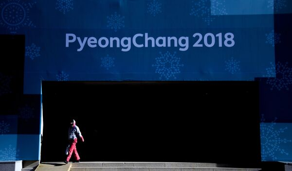 Волонтер зимних Олимпийских игр 2018 года в Олимпийской деревне в Канныне