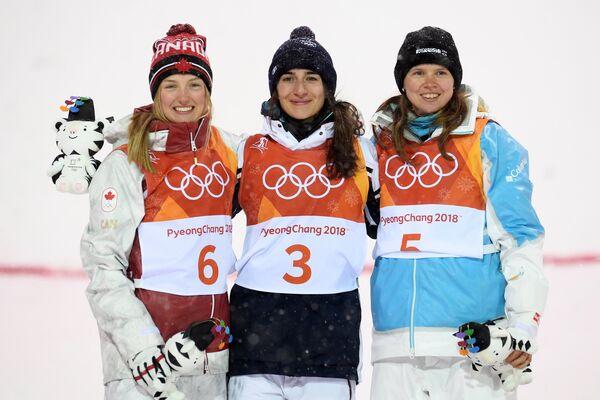 Слева направо: Жюстин Дюфур-Лапуант (Канада), завоевавшая серебряную медаль, Перрин Лаффон (Франция), завоевавшая золотую медаль, и Юлия Галышева (Казахстан), завоевавшая бронзовую медаль.
