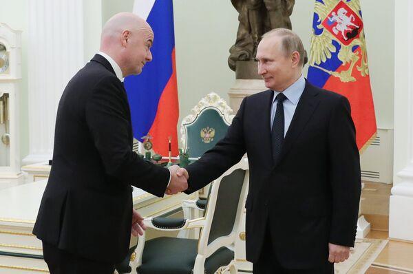 Президент ФИФА Джанни Инфантино (слева) и президент РФ Владимир Путин