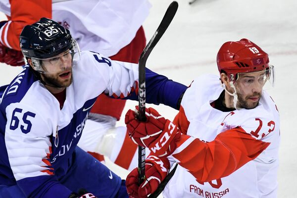 Форвард сборной России Павел Дацюк (справа) и нападающий сборной Словакии Томаш Марцинко
