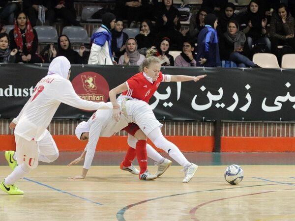 Игровой момент контрольного матча между женскими сборными Ирана и России по мини-футболу