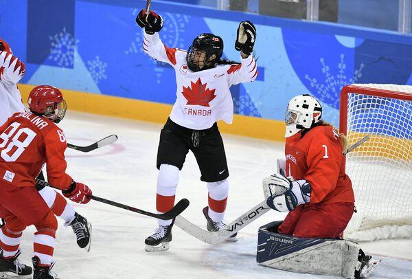 Российская хоккеистка Екатерина Смолина, канадская хоккеистка Сара Нурс и голкипер сборной России Валерия Тараканова (слева направо)
