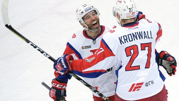 Нападающий ХК Локомотив Максим Тальбо (слева) и защитник ХК Локомотив Стаффан Кронвалль