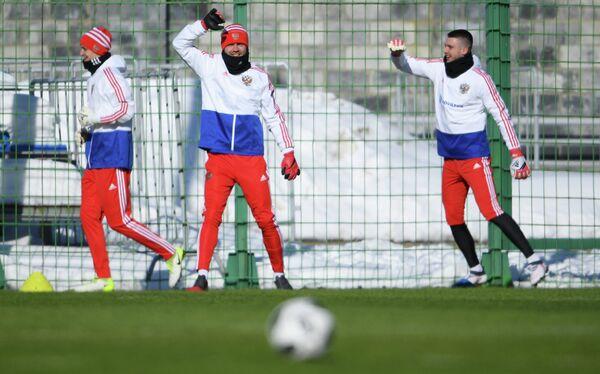 Вратари сборной России Андрей Лунев, Игорь Акинфеев, Александр Селихов (слева направо)