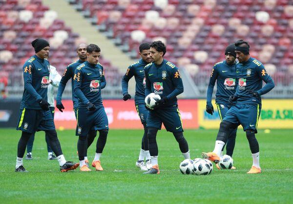 Футболисты сборной Бразилии Паулиньо, Даниэл Алвес, Маркос Корреа (справа налево)