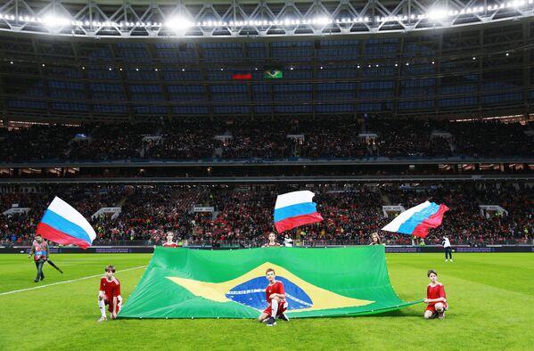 Вынос флагов на поле перед началом товарищеского матча между сборными России и Бразилии